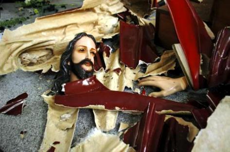 Une des photos choc des récentes violences sectaires en Indonésie, une statue du Christ détruite lors de l'attaque d'une église à Temanggung, le 8 février 2011 (AP/Slamet Riyadi).