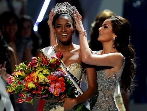 Miss Angola Leila Lopes is crowned by Miss Universe 2010 Ximena ...