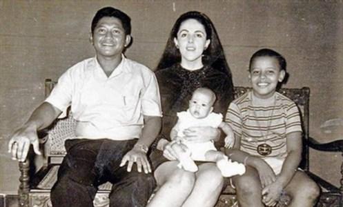 Dokumentasi foto di rumah Keluarga Lolo Soetoro di kawasan Menteng Dalam, Jakarta Selatan. Stanley Ann Dunham berfoto bersama dengan suaminya, Lolo Soetoro, anak perempuan mereka, Maya Soetoro (dipangku) dan Barack Obama.