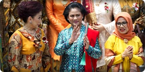 Ibu Negara Iriana Joko Widodo (tengah) didampingi Ibu Mufidah Jusuf Kalla (kanan) berfoto bersama pasangan menteri Kabinet Kerja di tangga Istana Merdeka, Jakarta, Senin (27/10/2014).
